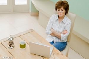 Perempuan Menunggu Internet